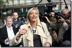 14965_la-vice-presidente-du-fn-marine-le-pen-arrive-le-1er-mai-2010-place-de-l-opera-a-paris