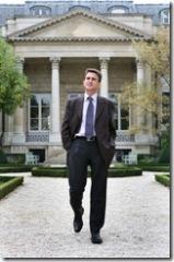 El diputado socialista Manuel VALLS frente a la Asamblea Nacional francesa. Foto: Daniel Mordzinski./Octubre 05.